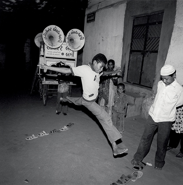 Ketaki Sheth, Street game and Honest Buggy Band, Bhavnagar, 2007.